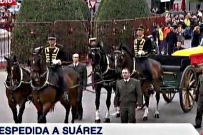 El paripé de Alfonso Guerra ante el féretro de Adolfo Suárez abochorna al PSOE
