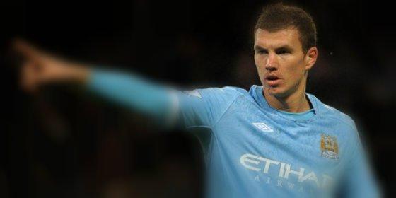 Un jugador del United intenta convencer a uno del City para que sala del equipo