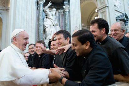 """Francisco quiere curas y monjas """"libres de la esclavitud del dinero"""""""