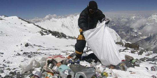 Los alpinistas que escalen el Everest deberán hacer de basureros si no quieren que se les caiga el pelo