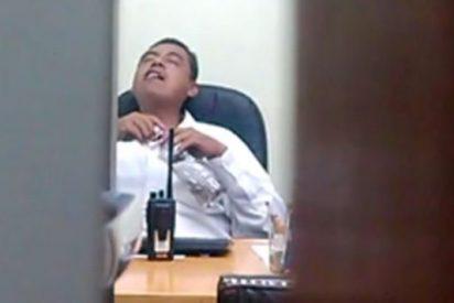 [Vídeo] Un funcionario del gobierno se pasa su jornada laboral inhalando y tragando papel alucinado perdido