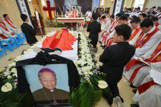 Miles de chinos despiden al obispo católico de Shanghai