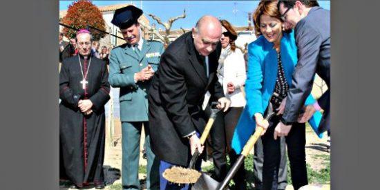 Cachondeo en Twitter con esta foto: el obispo, el ministro y la Guardia Civil