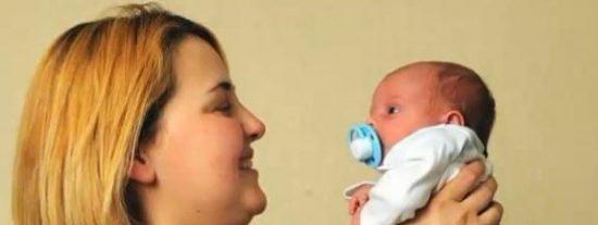 Va a defecar al baño ignorando que está embarazada y se le cae el bebé al inodoro
