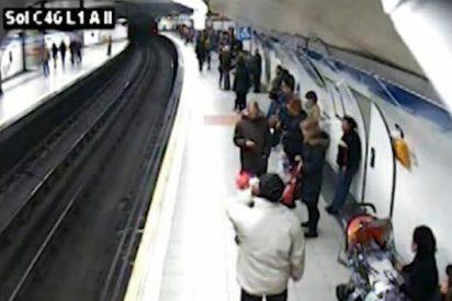 El vídeo del policía que salva de una muerte segura a un hombre en las vías del Metro de Madrid