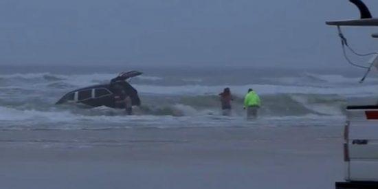 [Vídeo] Una embarazada intenta suicidarse con sus tres hijos metiendo el coche en el mar