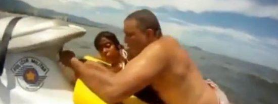 [Vídeo] Un vigilante de la playa salva de golpe a cinco personas de morir ahogadas