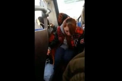 El perturbador vídeo de la niña que trata de despertar a su madre drogada en el bus