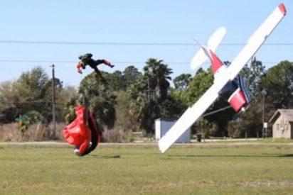 [Vídeo] La chalada de 87 años arrolla con su avioneta a un paracaidista y la lía
