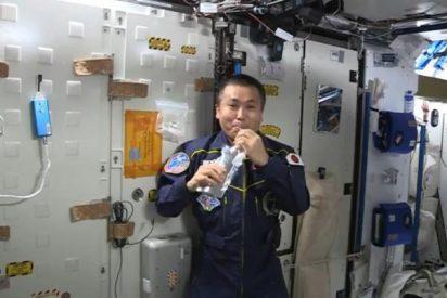 El vídeo del risueño astronauta de la ISS que se bebe su propio pis sin hacerle ascos