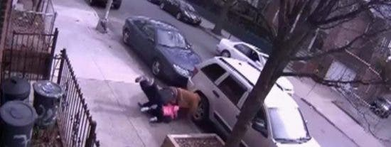 [Vídeo] Le pega su marido una paliza de muerte en la calle y encima se cabrea... con la Policía