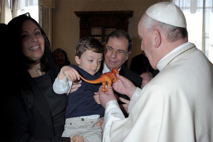 Un dinosaurio de plástico para el Papa