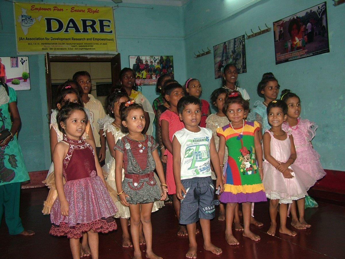 El cura indio que salva a los niños de la calle