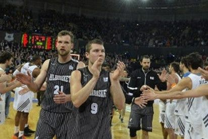 Deportivo gesto del Real Madrid al despedir con un pasillo al Bilbao Basket, cuyos jugadores no cobran