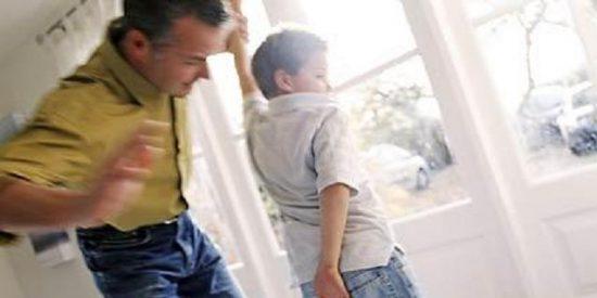 Le da unos azotes a su hijo por no hacer los deberes y le condenan a pagarle 213 €