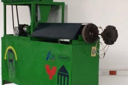 Dos alumnos de ingeniería inventan una máquina que recicla el plástico más utilizado en vasos y platos