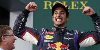Ricciardo 'golpea' en la entrepierna a Sainz mientras es entrevistado en directo en Movistar+