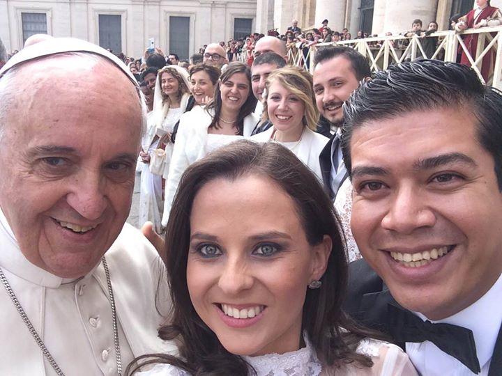 'Selfie' papal con una pareja de recién casados