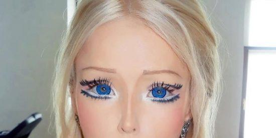 Una 'Barbie suicida' deja de comer y beber porque con el aire y la luz tiene de sobra
