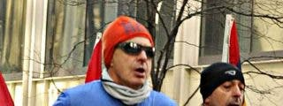 El del gorrito naranja y las gafas de sol que corre como una liebre es... ¡Zapatero!