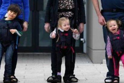 Una madre irlandesa inventa un arnés que permite a su hijo mover sus piernas al ritmo de ella