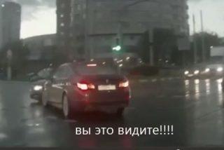 ¿Encuentra alguna explicación al vídeo? Un automóvil fantasma causa un accidente