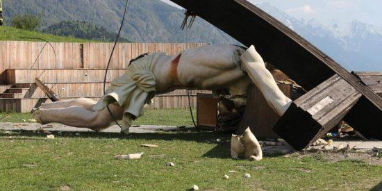 Muere un capellán aplastado por un crucifijo gigante mientras estaba de excursión