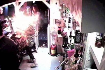 El incendiario vídeo de la camarera a quien le explota un cigarrillo electrónico en la cara