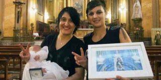Umma, primera niña de dos lesbianas bautizada en la Iglesia católica argentina