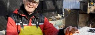 Un pescador se encuentra un vibrador en pleno movimiento en el interior de un bacalao