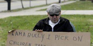 """Condenado a llevar ante sus vecinos un cartel con la palabra """"matón"""" por reírse de un niño paralítico"""