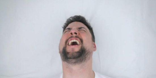 [Vídeo] Así reaccionan los hombres cuando les depilan los testículos con cera