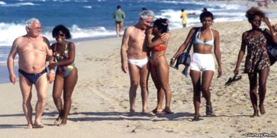 ¡Ojo al parche si va a Cuba! No hay condones a la vista: recomiendan liarse tripas en el pene en caso de apuro
