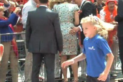 El vídeo del pícaro alcalde que le toca el culo a la Reina de Holanda: