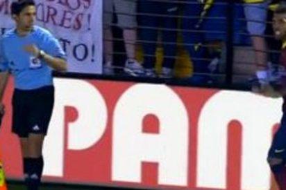 Dani Alves se comió un plátano en pleno partido
