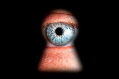 El jefe despechado coloca en el apartamento de su empleada 11 cámaras para espiarla desnuda