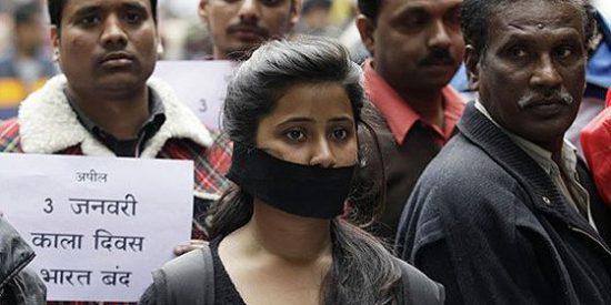Una mujer se suicida prendiéndose fuego tras ser condenado el que la violó... a besarle los pies