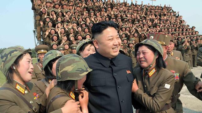 Las soldados se van por la pata abajo con tan sólo tocar al perverso Kim Jong-un