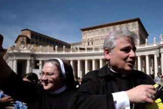 El limosnero del Papa reparte de noche sobres con dinero entre los medigos de Roma