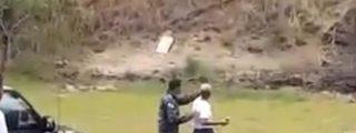 La patosa aspirante a policía casi mata a sus colegas con una granada de mano