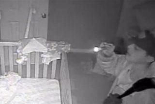 El vídeo del extraño ladrón que entra en una casa y se queda mirando a un bebé