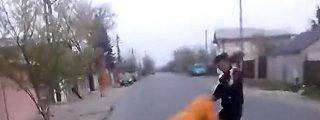 El vergonzoso vídeo de los niñatos borrachos que hacen girar a una anciana por los aires