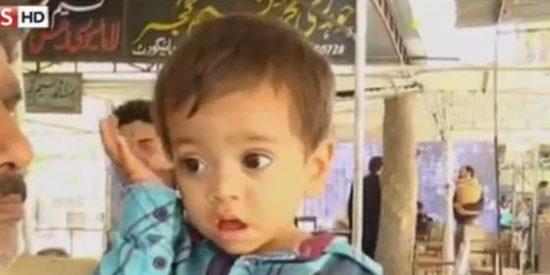 [Vídeo] Acusan a un bebé de 9 meses de intentar asesinar a pedradas a unos cobradores del gas