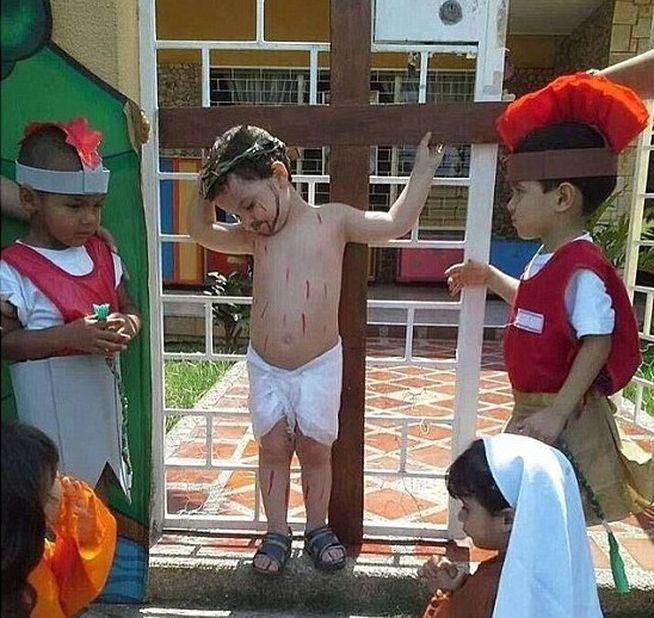 Un niño crucificado para celebrar la Semana Santa clava todas las miradas