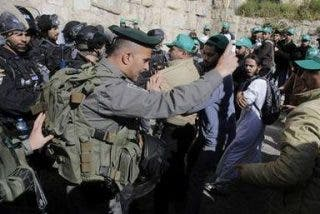 Palestinos y policías israelíes se enfrentan en Jerusalén