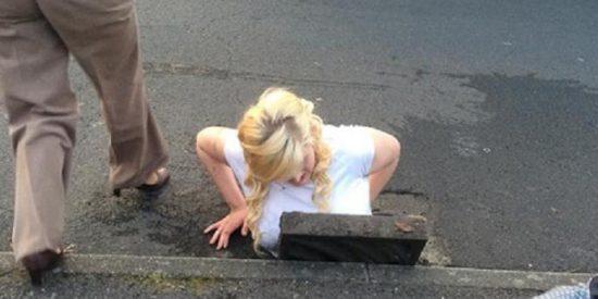 Una pazguata se queda atascada en una alcantarilla cuando trataba de recoger su iPhone