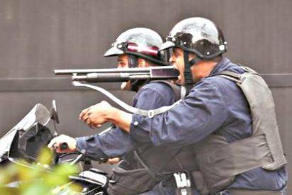 La policía chavista ataca con perdigones y bombas lacrimógenas a los opositores venezolanos