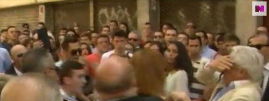 [Vídeo] El 'santo varón' asesta un puñetazo a un anciano en Sevilla...¡para ver mejor la procesión!