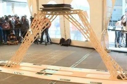 Un puente construído por palillos de helados ha soportado una carga superior a una tonelada