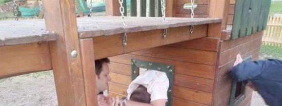 Un borracho se queda atascado en los juegos infantiles de un parque y casi no lo cuenta